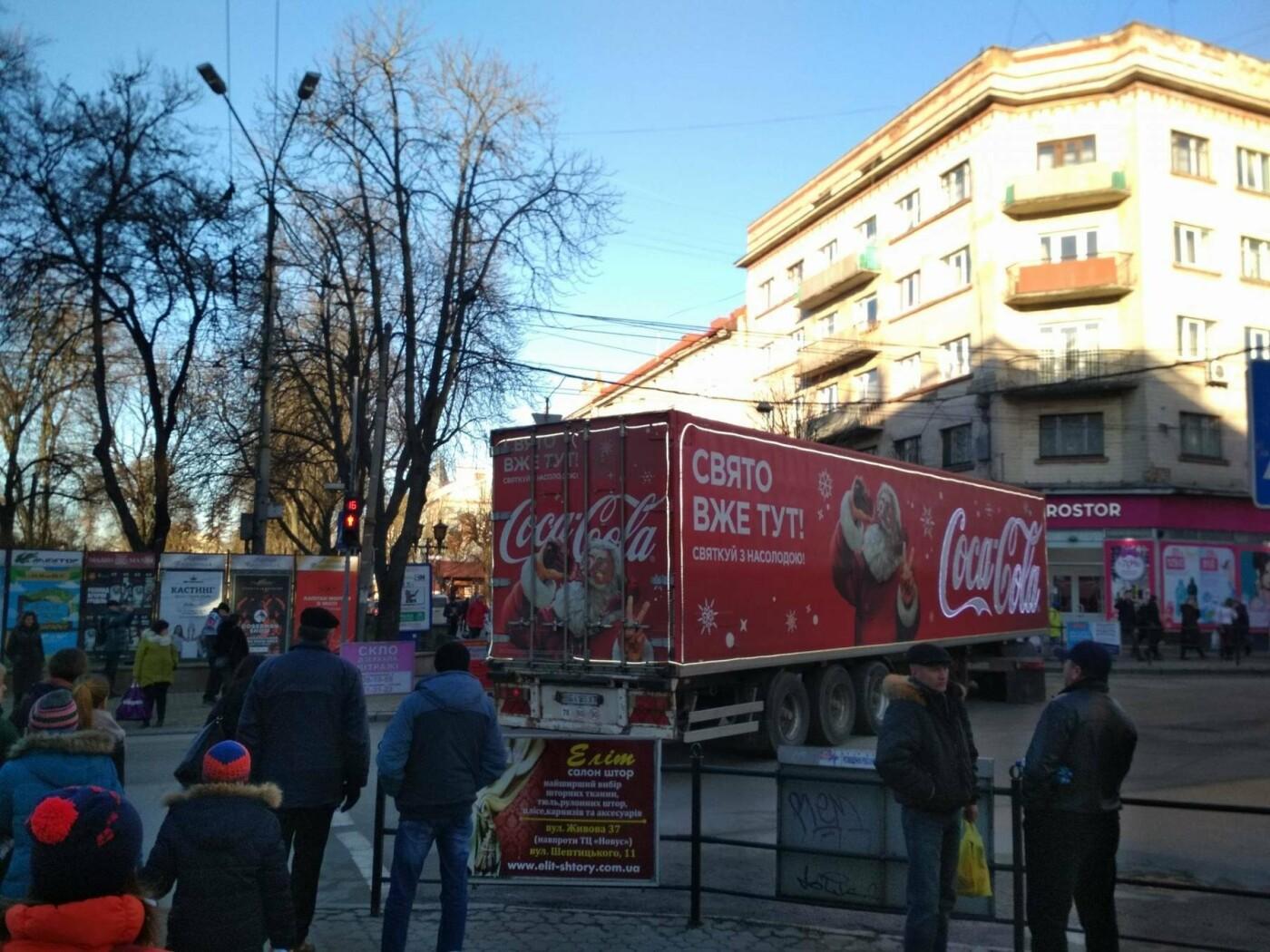 """Святкова вантажівка """"Coca-Cola"""" у центрі Тернополя викликала фурор (фото), фото-2"""
