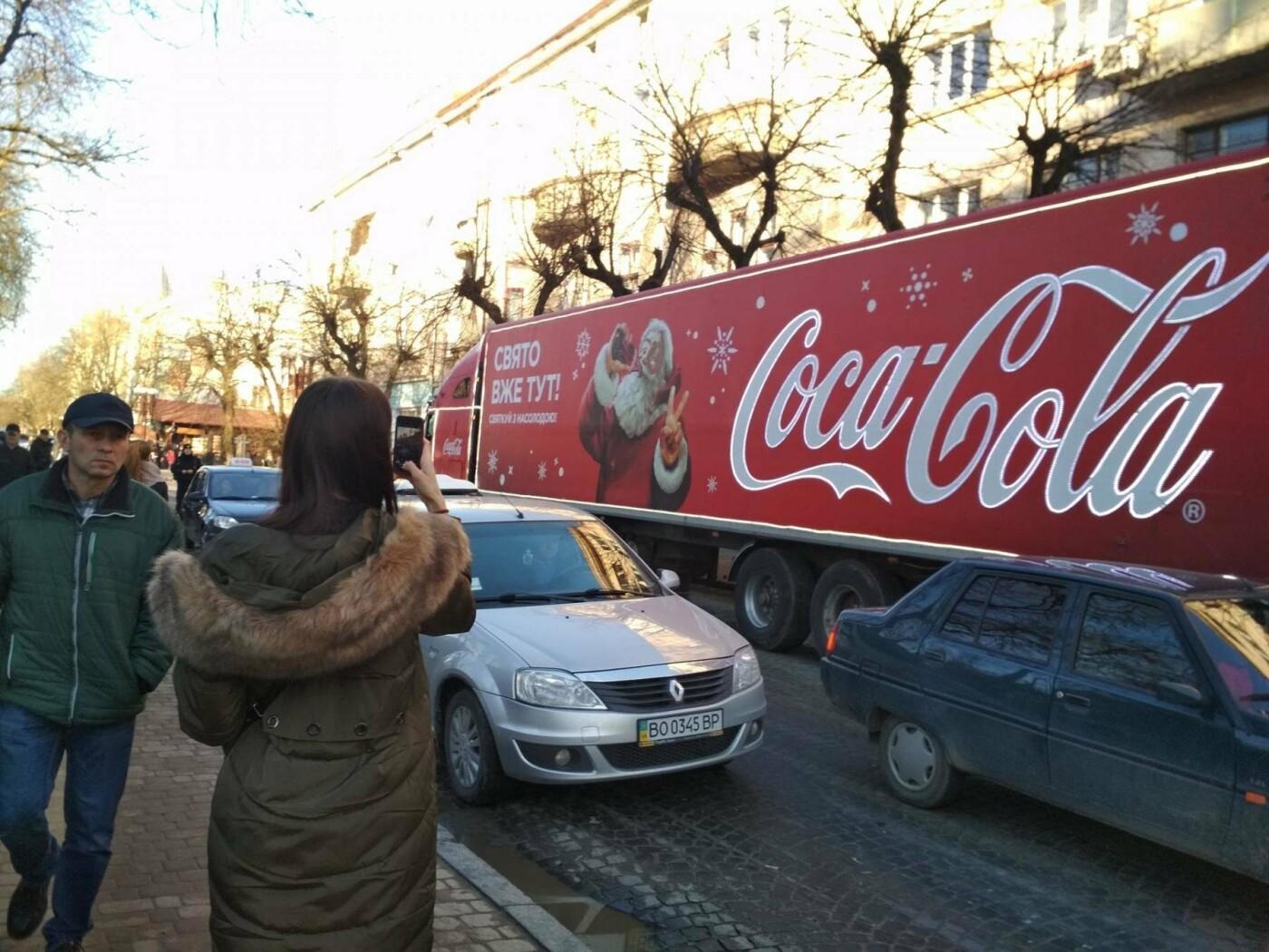 """Святкова вантажівка """"Coca-Cola"""" у центрі Тернополя викликала фурор (фото), фото-1"""