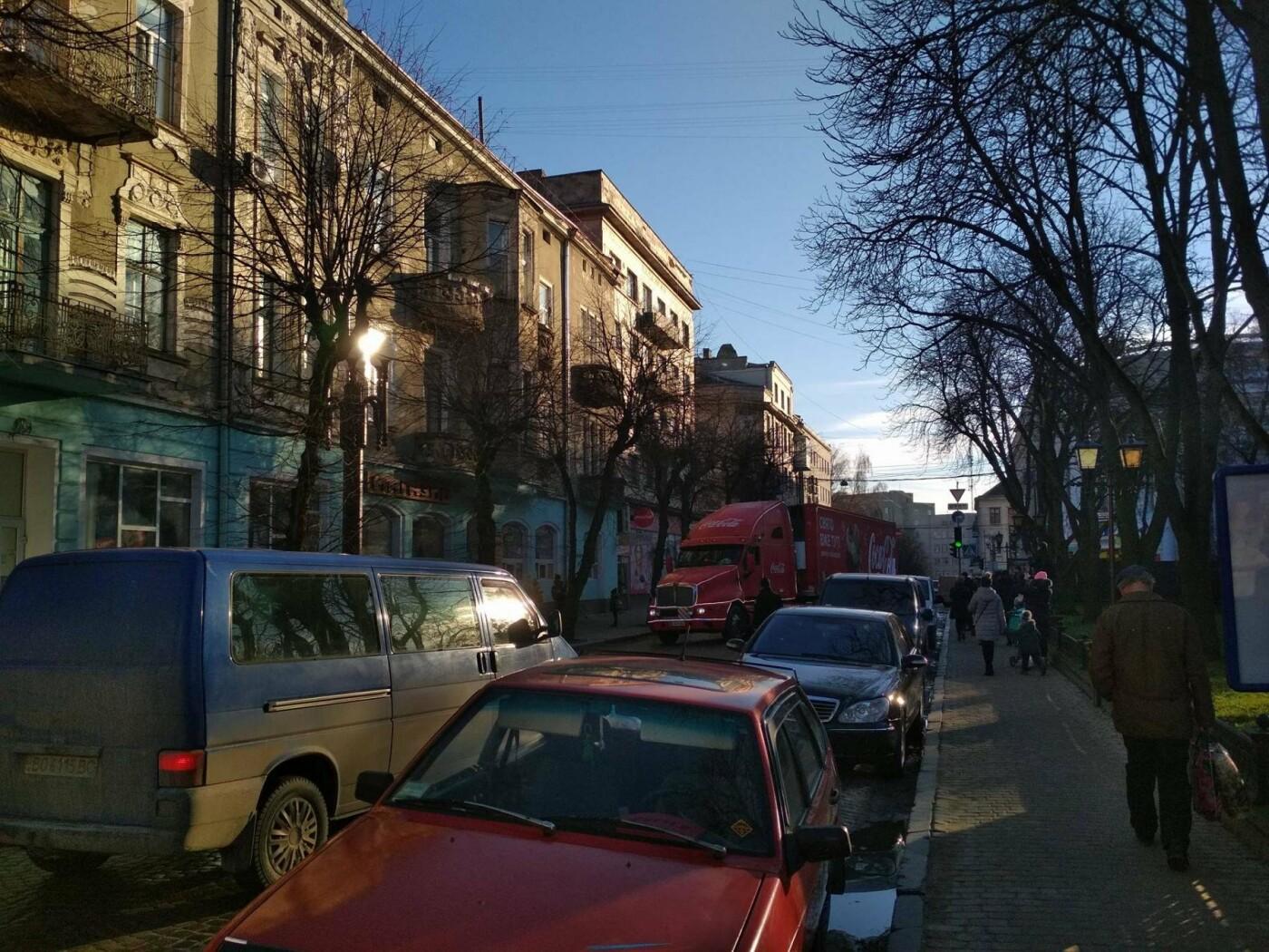 """Святкова вантажівка """"Coca-Cola"""" у центрі Тернополя викликала фурор (фото), фото-5"""