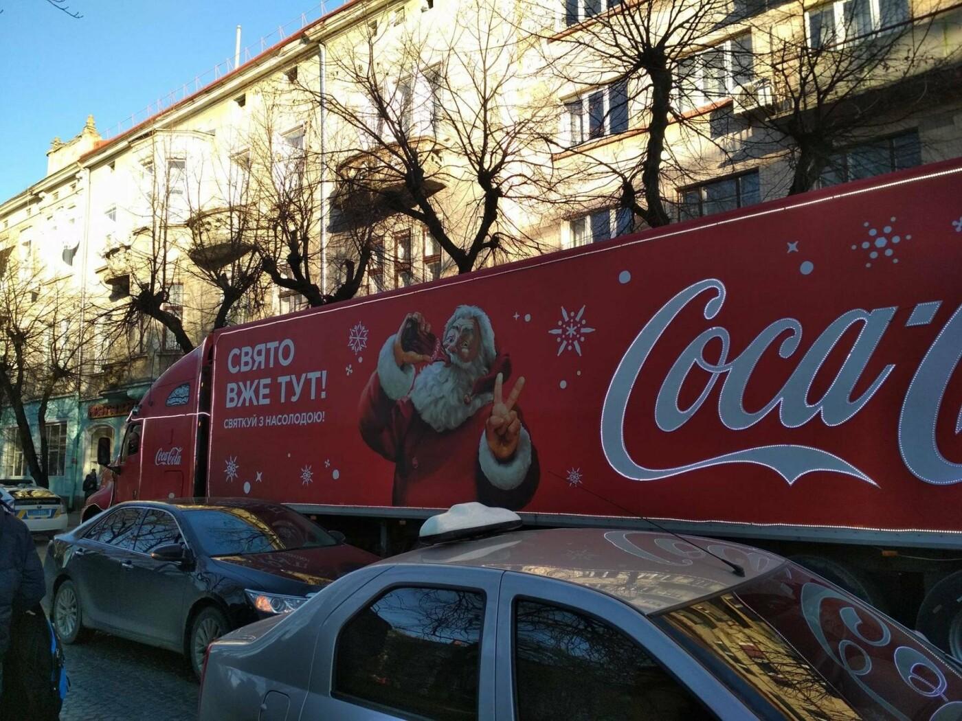 """Святкова вантажівка """"Coca-Cola"""" у центрі Тернополя викликала фурор (фото), фото-6"""