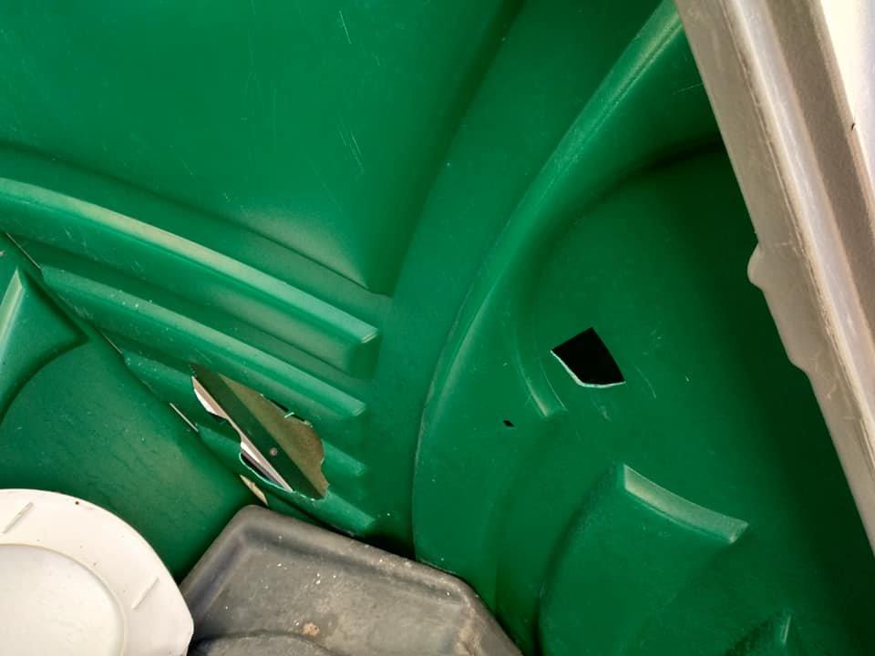 Вандали вже дісталися і до біотуалетів на Театральному майдані (фото), фото-1