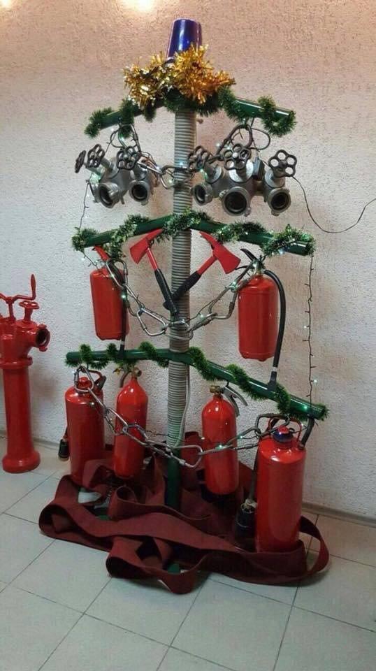 Вогнеборці з Тернопільщини вразили мережу неординарною ялинкою (ФОТОФАКТ), фото-1