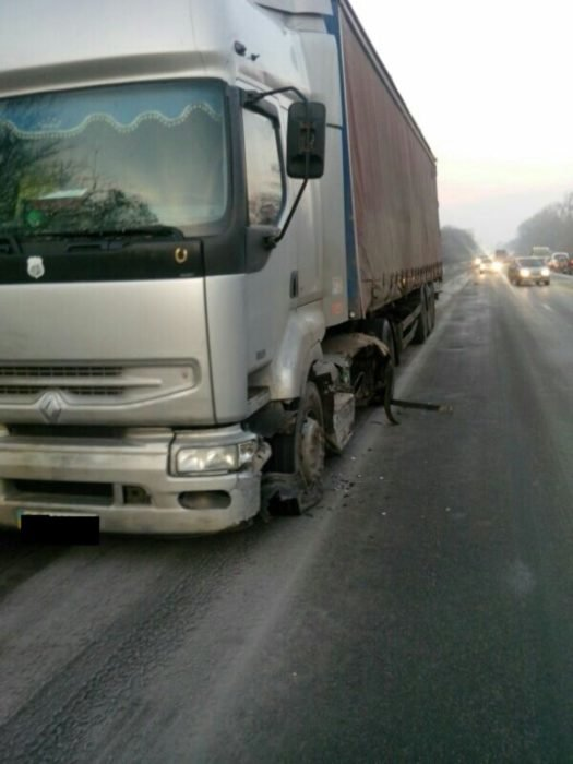 Неподалік Тернополя потрійна ДТП: половину легківки знесло від удару (фото), фото-4