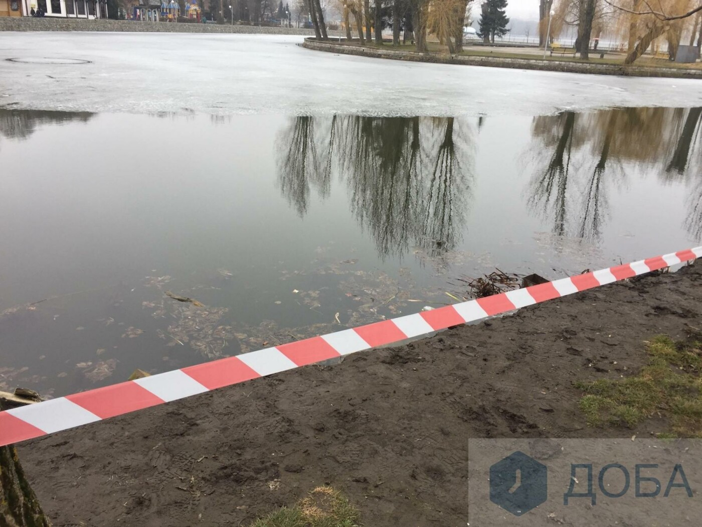"""У Тернополі частина підпірної стінки біля острівка """"Чайка"""" провалилась у воду (фото), фото-1"""