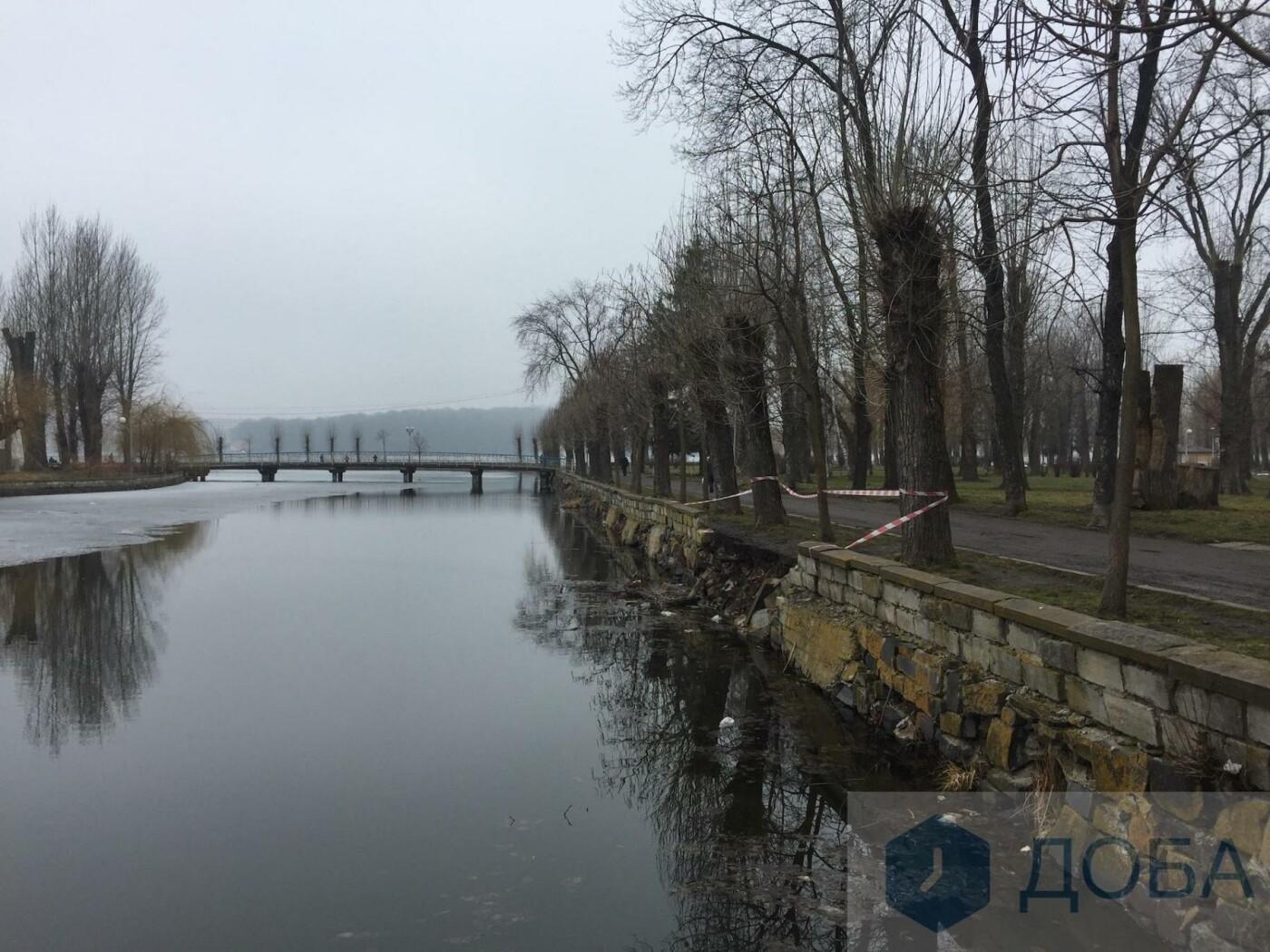 """У Тернополі частина підпірної стінки біля острівка """"Чайка"""" провалилась у воду (фото), фото-2"""