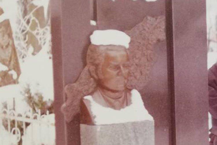 У Тернополі розшукують зловмисника, який викрав бронзове чоловіче погруддя з території кладовища (фото), фото-2