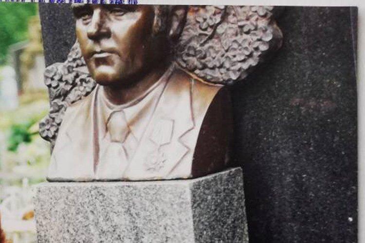 У Тернополі розшукують зловмисника, який викрав бронзове чоловіче погруддя з території кладовища (фото), фото-1