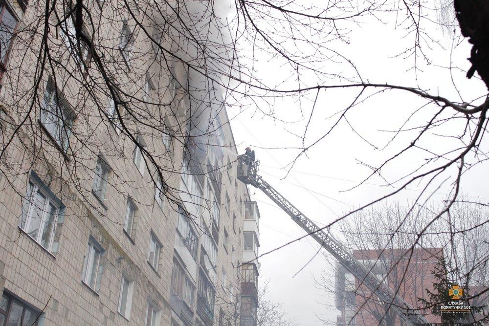 Внаслідок пожежі з тернопільської багатоповерхівки евакуювали 60 мешканців (фото, відео), фото-3
