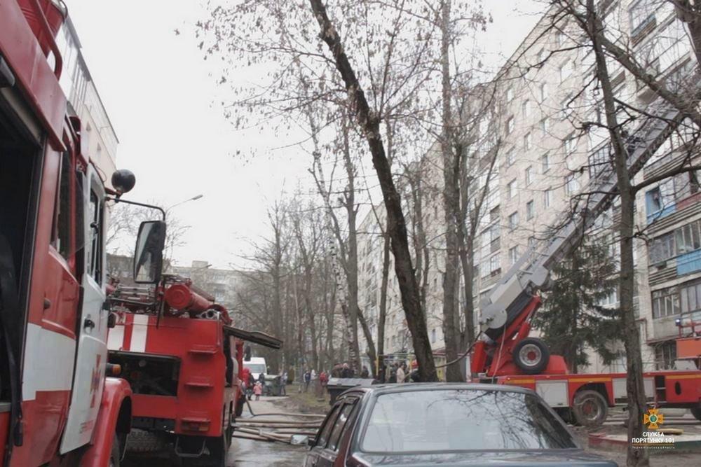 Внаслідок пожежі з тернопільської багатоповерхівки евакуювали 60 мешканців (фото, відео), фото-1