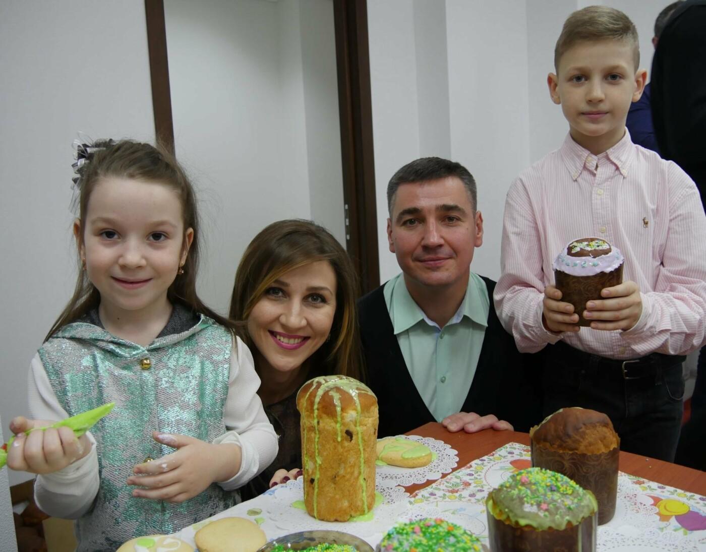 Депутати спільно зі своїми дітьми розмалювали великодні пряники для воїнів, фото-5