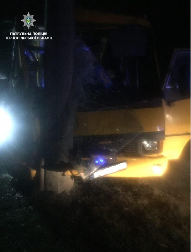 У Тернополі водій 16-ї маршрутки врізався у стовп (ФОТО), фото-2