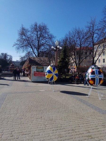 У центрі Тернополя встановили велетенську світлодіодну писанку (ФОТО), фото-3