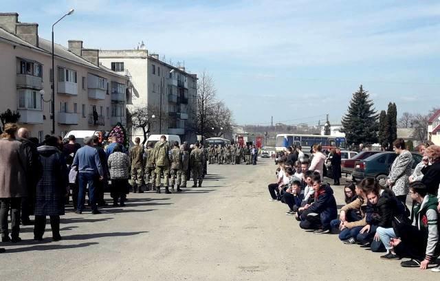 На Тернопільщині на колінах зустріли тіло бійця, який помер на Донбасі (ФОТО), фото-8