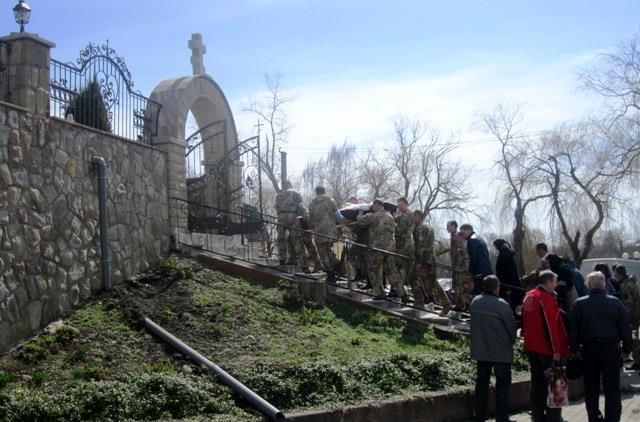 На Тернопільщині на колінах зустріли тіло бійця, який помер на Донбасі (ФОТО), фото-2