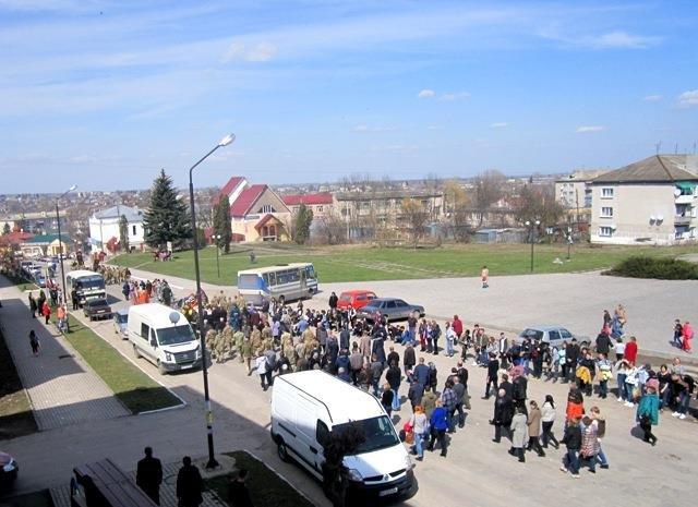 На Тернопільщині на колінах зустріли тіло бійця, який помер на Донбасі (ФОТО), фото-3