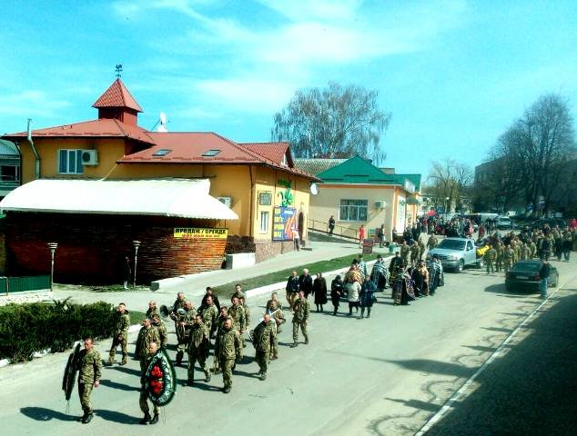 На Тернопільщині на колінах зустріли тіло бійця, який помер на Донбасі (ФОТО), фото-4