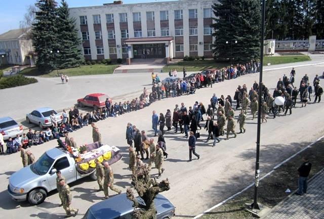 На Тернопільщині на колінах зустріли тіло бійця, який помер на Донбасі (ФОТО), фото-5