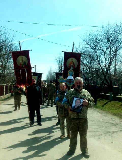 На Тернопільщині на колінах зустріли тіло бійця, який помер на Донбасі (ФОТО), фото-7