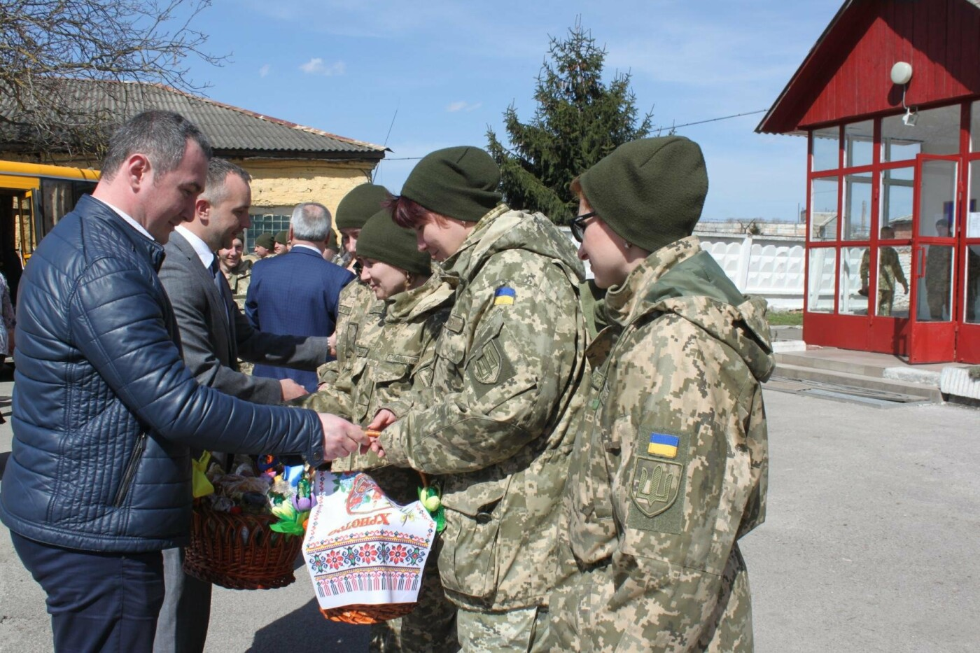 Учні шкіл Тернопільського району підготували великодні кошики для захисників України, фото-3