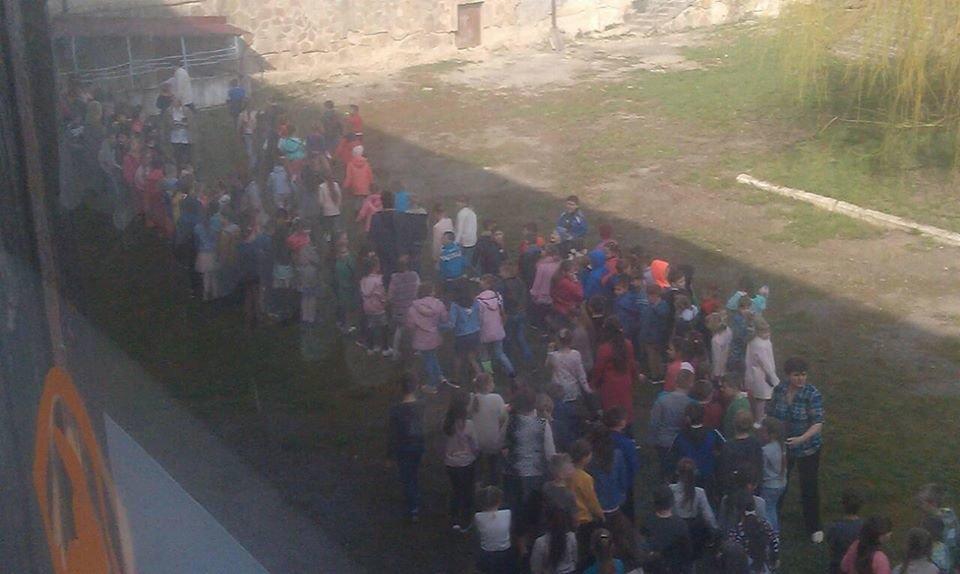 Рятувальники евакуювали 700 учнів зі школи на Тернопільщині (ФОТО), фото-1