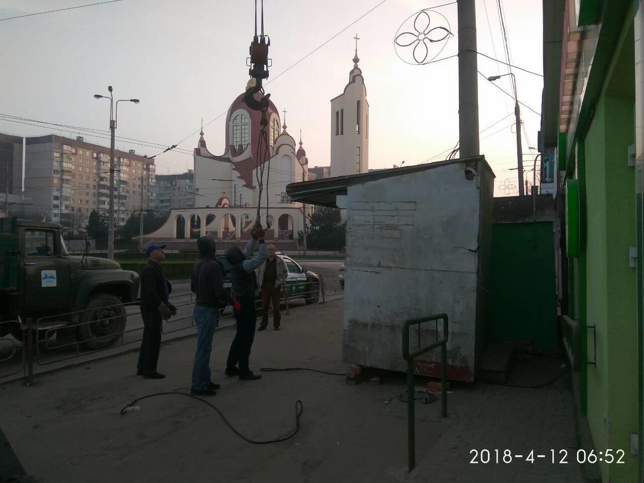 """У Тернополі на """"БАМі"""" демонтували МАФ без документів і власника (ФОТО), фото-1"""