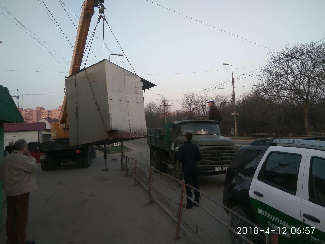 """У Тернополі на """"БАМі"""" демонтували МАФ без документів і власника (ФОТО), фото-2"""
