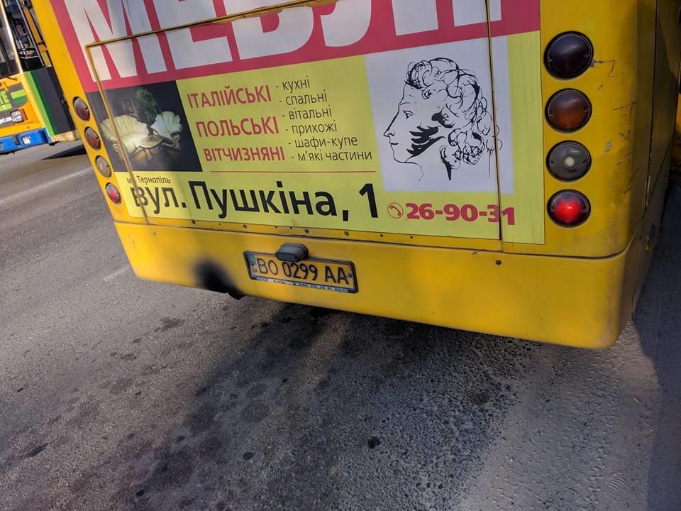 """В тернопільській маршрутці поручні """"прикріпили"""" до стелі скотчем (фото), фото-1"""