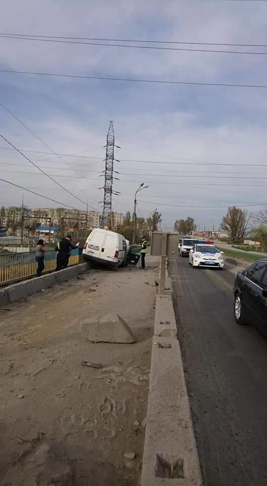 У Тернополі автомобіль ледь не вилетів із Гаївського мосту (фото), фото-2