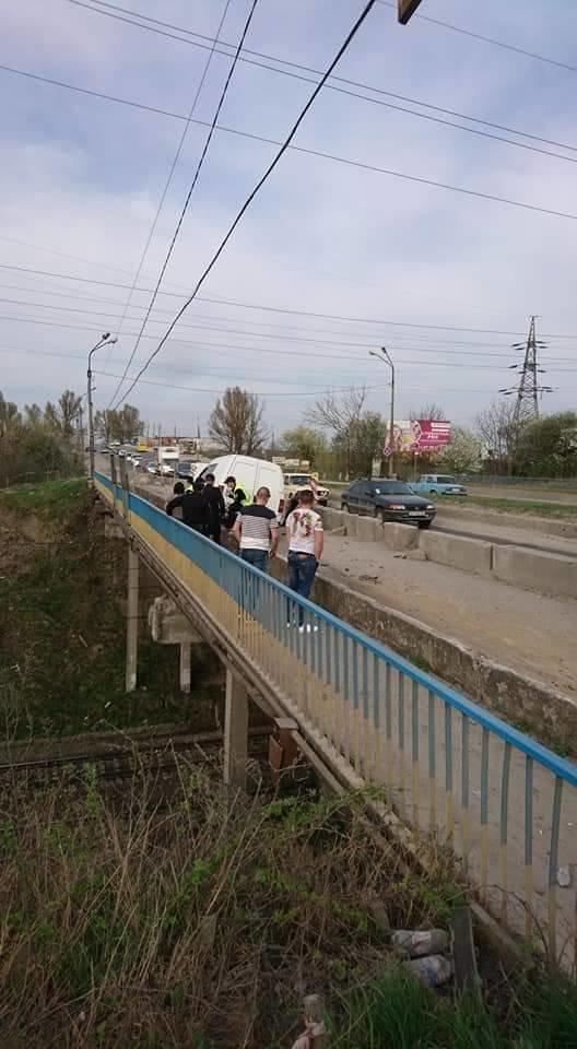 У Тернополі автомобіль ледь не вилетів із Гаївського мосту (фото), фото-3