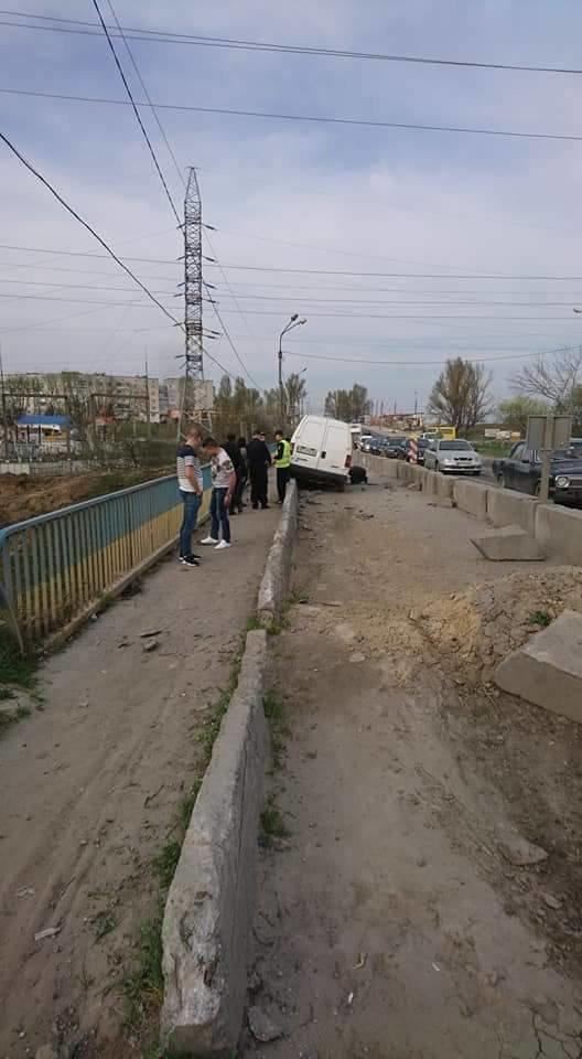 У Тернополі автомобіль ледь не вилетів із Гаївського мосту (фото), фото-4