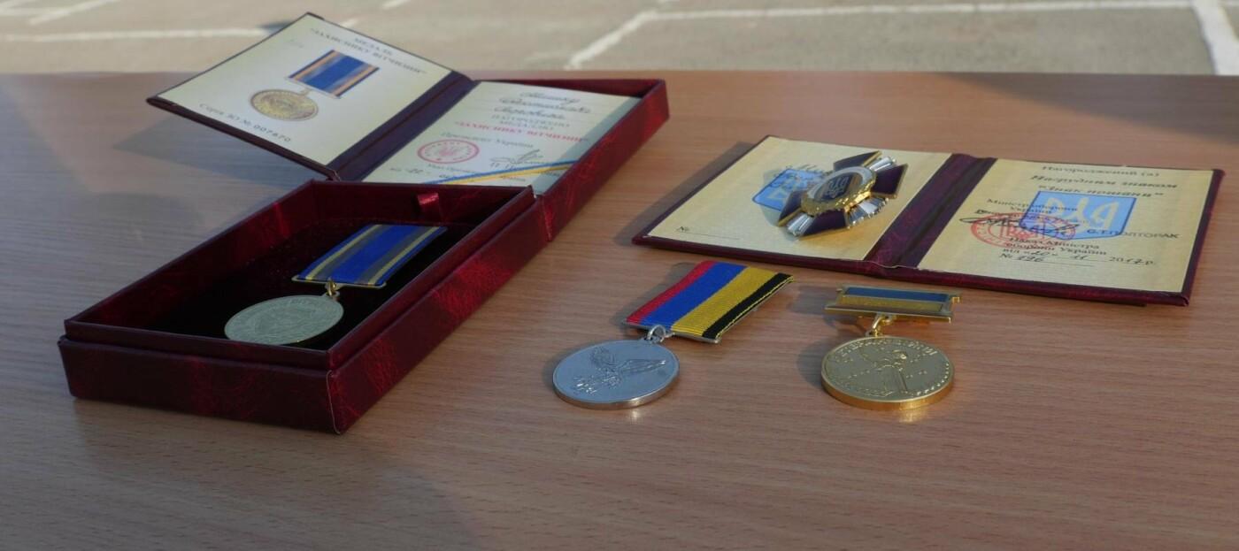 У Тернополі 21-річному військовослужбовцю вручили чотири відзнаки, фото-1