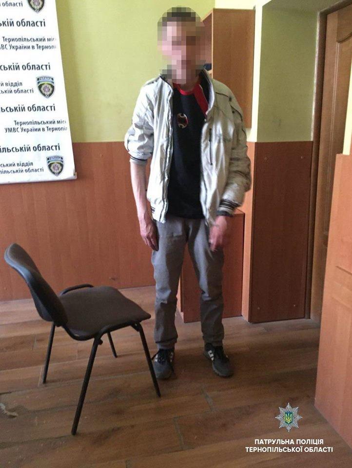 В Тернополі посеред вулиці нетверезий чоловік розпускав руки до перехожих (фото), фото-1