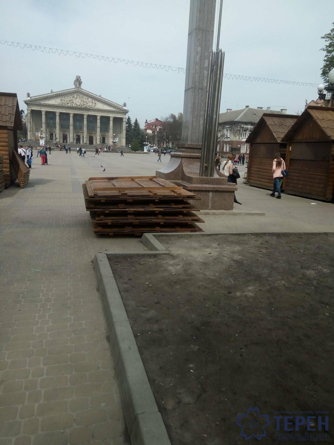 У центрі Тернополя розбирають святкові декорації (фото), фото-2