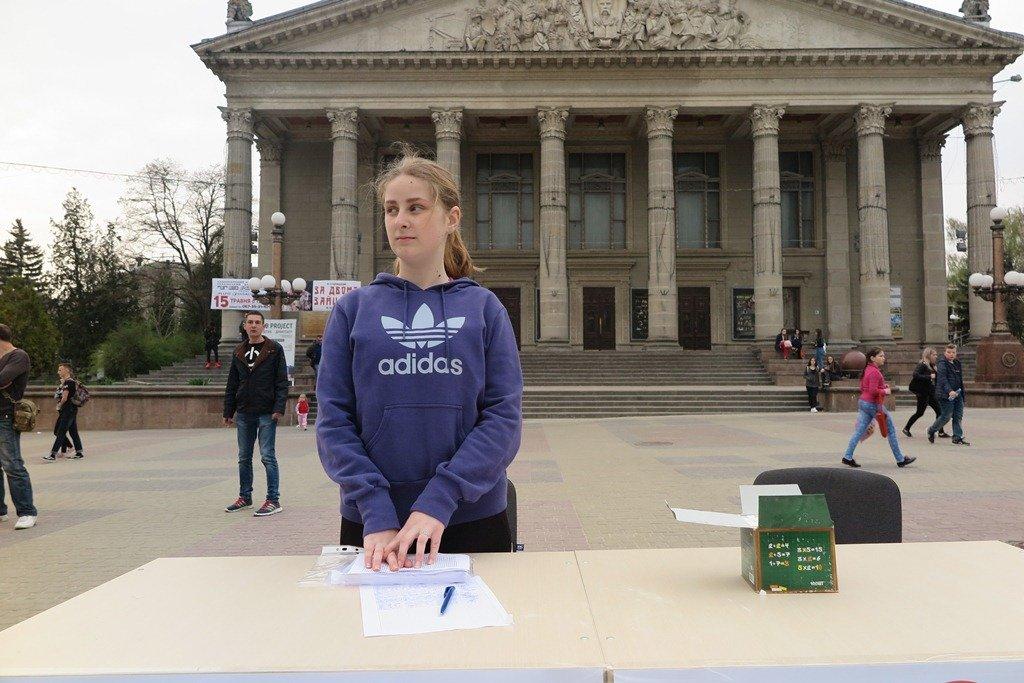 На Театральній площі Тернополя активісти написали величезне гасло «Врятуй парки» (фото), фото-1