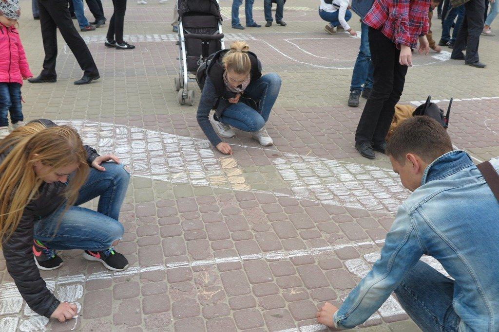 На Театральній площі Тернополя активісти написали величезне гасло «Врятуй парки» (фото), фото-2