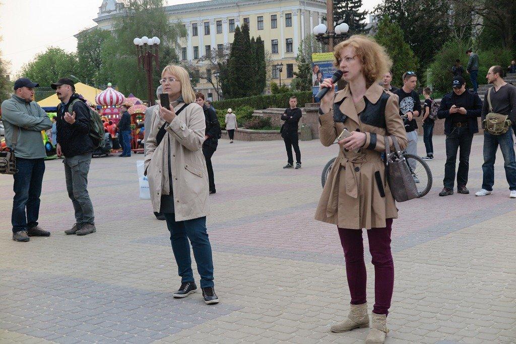 На Театральній площі Тернополя активісти написали величезне гасло «Врятуй парки» (фото), фото-3