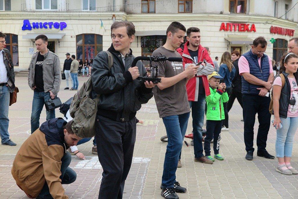 На Театральній площі Тернополя активісти написали величезне гасло «Врятуй парки» (фото), фото-4