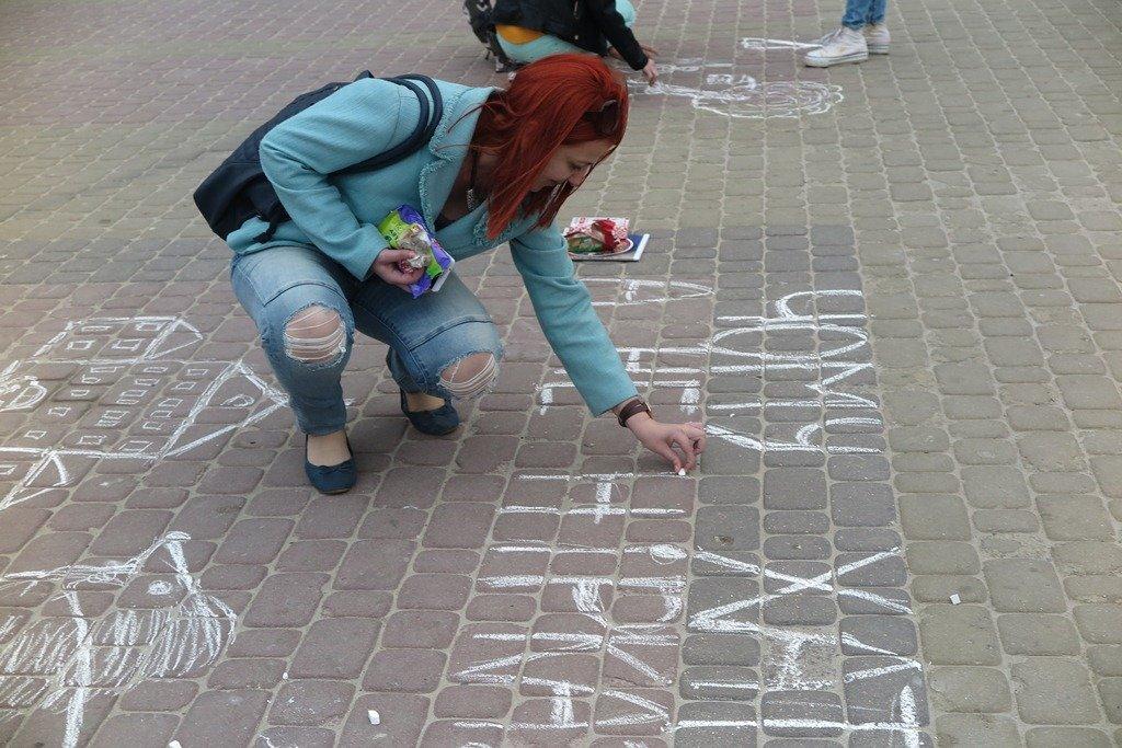 На Театральній площі Тернополя активісти написали величезне гасло «Врятуй парки» (фото), фото-5