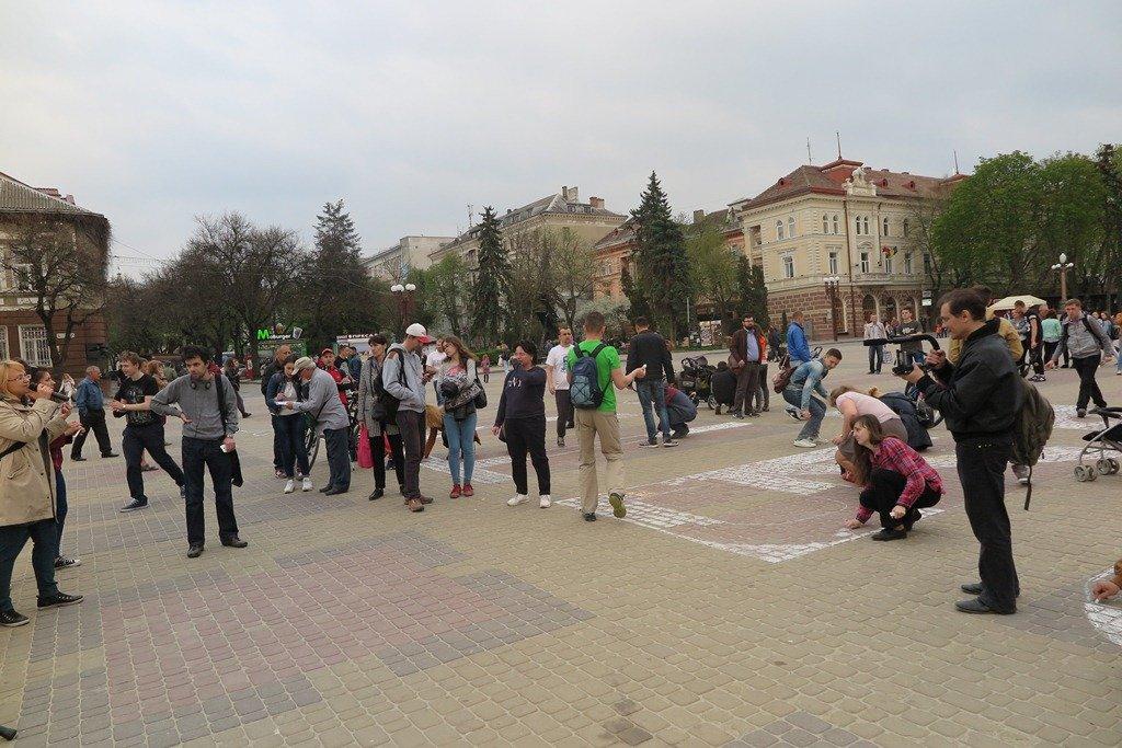 На Театральній площі Тернополя активісти написали величезне гасло «Врятуй парки» (фото), фото-6
