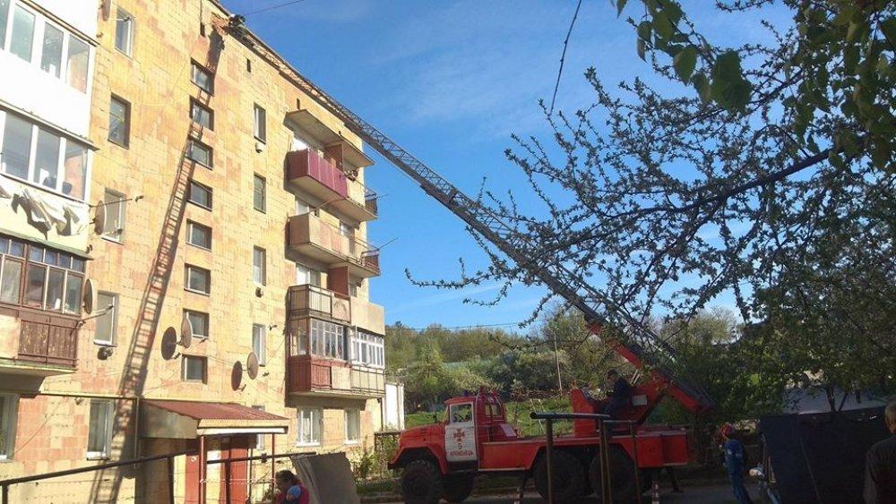 На Тернопільщині з багатоповерхівки відпав шматок облицювальної плитки (ФОТО), фото-3