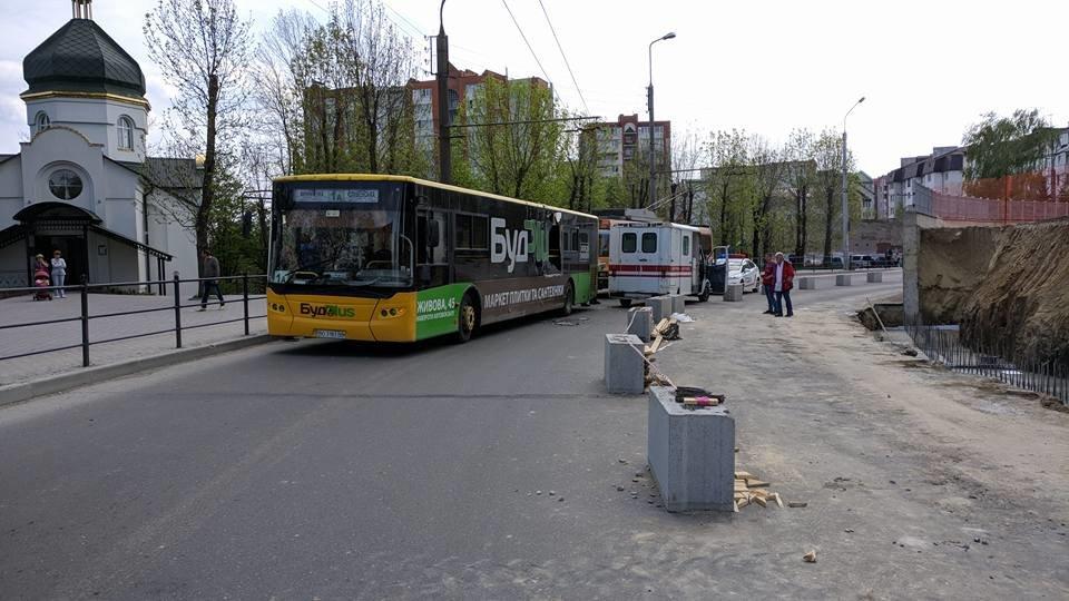 В Тернополі на Миру не розминулися автобус та швидка, дорога повністю перекрита (фото), фото-1
