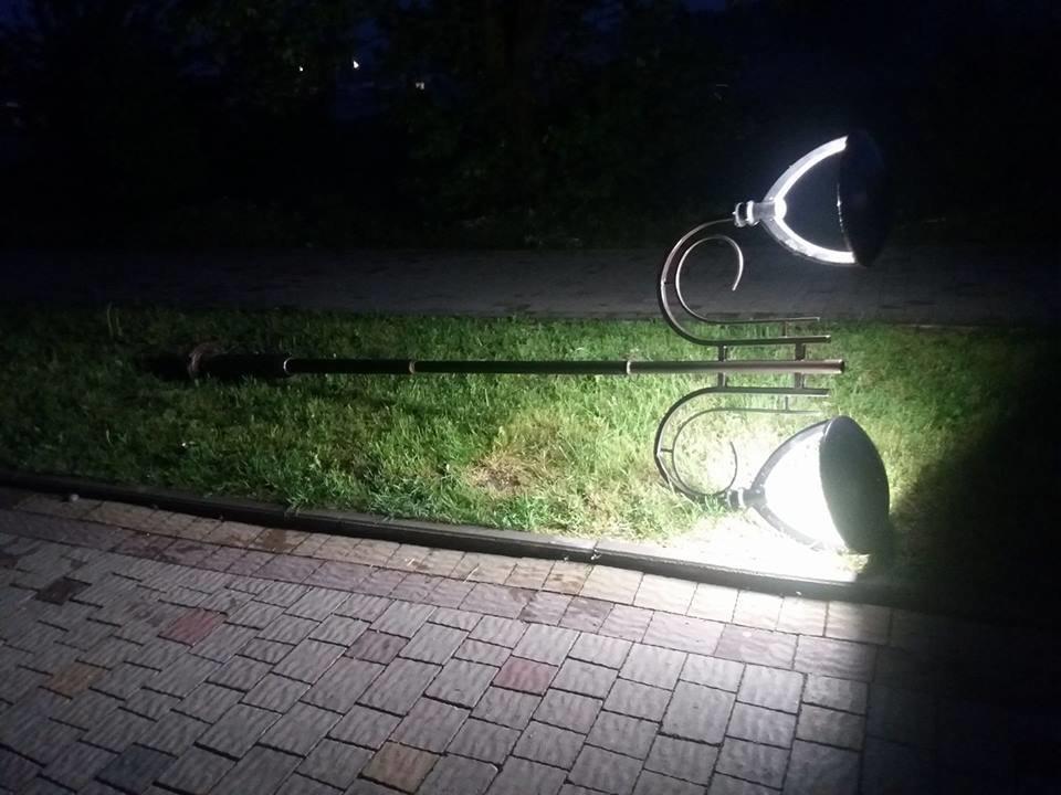 Ліхтарі в тернопільському парку небезпечні для перехожих (фото), фото-1