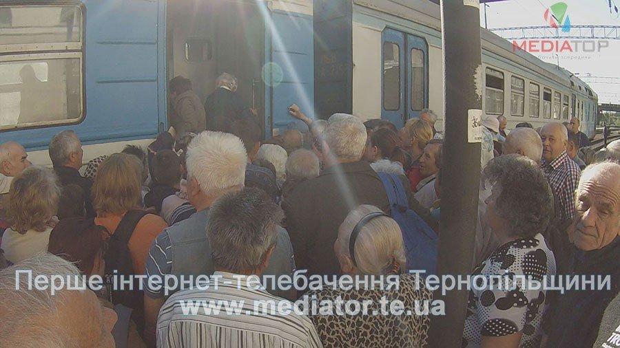 """""""Везуть, як худобу"""", – тернопільські пасажири не вміщаються у вагони потягів (ФОТО+ВІДЕО), фото-1"""