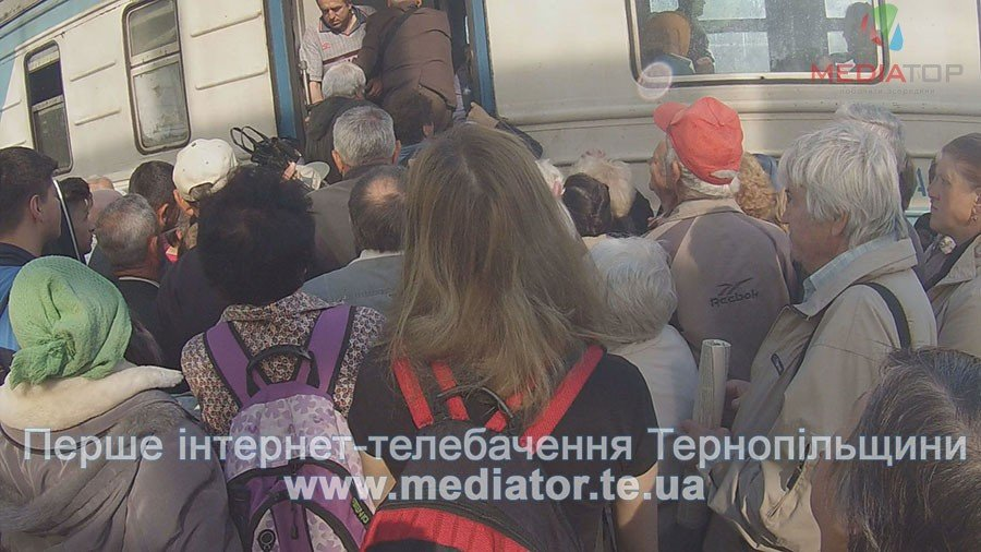 """""""Везуть, як худобу"""", – тернопільські пасажири не вміщаються у вагони потягів (ФОТО+ВІДЕО), фото-2"""