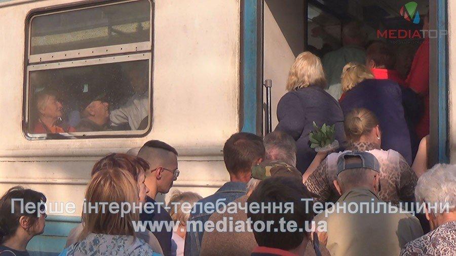 """""""Везуть, як худобу"""", – тернопільські пасажири не вміщаються у вагони потягів (ФОТО+ВІДЕО), фото-3"""