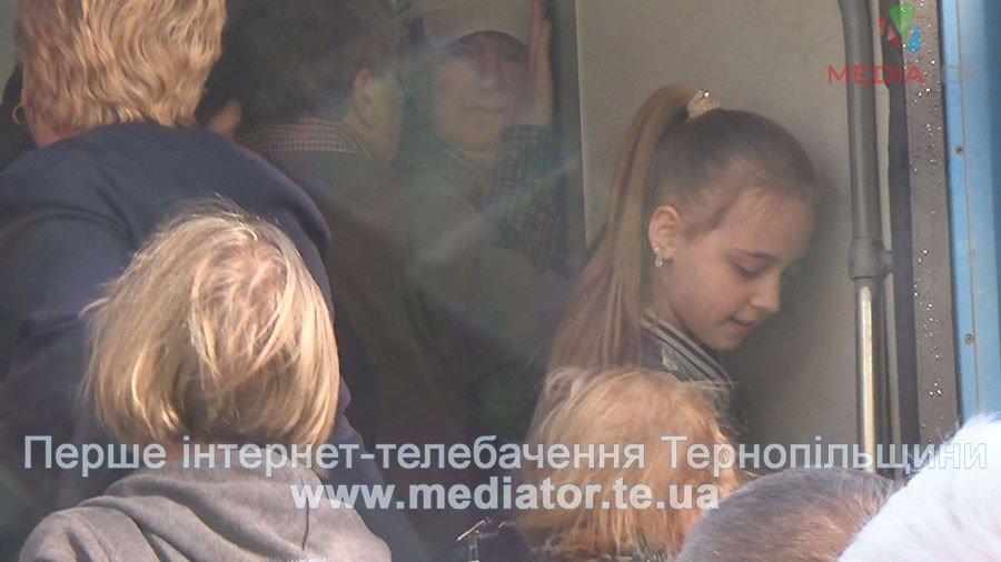 """""""Везуть, як худобу"""", – тернопільські пасажири не вміщаються у вагони потягів (ФОТО+ВІДЕО), фото-4"""