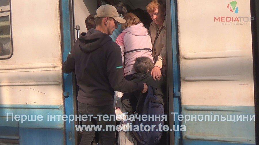 """""""Везуть, як худобу"""", – тернопільські пасажири не вміщаються у вагони потягів (ФОТО+ВІДЕО), фото-6"""