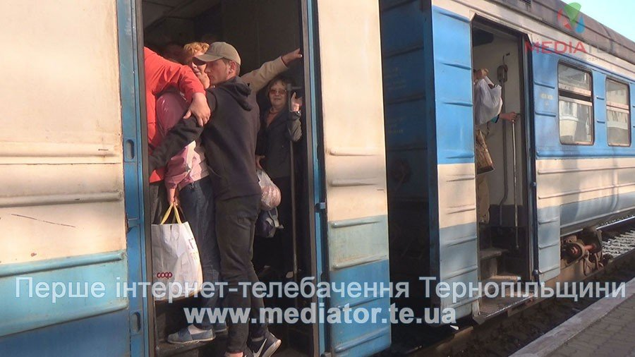 """""""Везуть, як худобу"""", – тернопільські пасажири не вміщаються у вагони потягів (ФОТО+ВІДЕО), фото-7"""