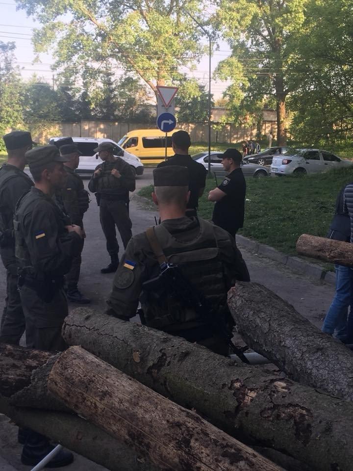 """Парк від тернополян """"охороняють"""" озброєні люди (ФОТО), фото-9"""