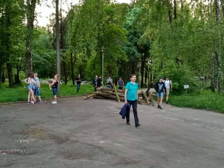 """Парк від тернополян """"охороняють"""" озброєні люди (ФОТО), фото-2"""